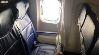 Cửa số máy bay vỡ tung khiến nữ hành khách bị hút ra ngoài