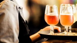 Официантка разносит напитки