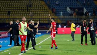 فرجاني ساسي يحيي المشجعين المصريين الذين ساندوه والمنتخب التونسي