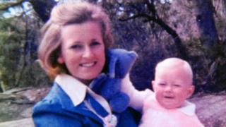 Lynette Dawson sosteniendo en brazos a una de sus hijas.