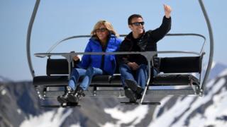 马克龙夫妇在巴涅尔德比戈尔一处滑雪场的登山吊车上向记者们挥手(12/4/2017)