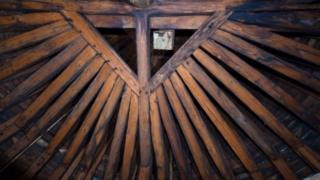 El bosque es una estructura construida con unas 1.300 vigas de roble.
