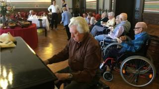 Angelo Buonamore toca el piano en el salotto de la Casa de Reposo o Casa Verdi, en Milán, Italia.