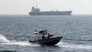 قایق سپاه در خلیج فارس در کنار ناو آمریکایی