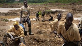 Un groupe de jeunes orpailleurs dans une mine traditionnelle à Kibi, dans le sud du Ghana