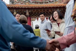 台湾总统蔡英文大年初一从台东天后宫开始发红包,许多民众争相排队。