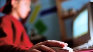Orang tua berperan penting dalam mencegah anak-anak mengakses konten pornografi, kata seorang pegiat keamanan berinternet.