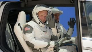 Astronaot dalam wahana Tesla seperti yang terlibat dalam misi uji coba.