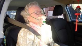 Maniquí en un auto