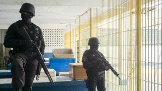 Полиция в тюрьме в Бразилии