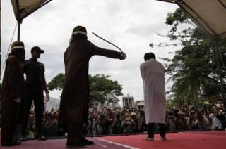 มีการลงโทษเฆี่ยนชายสองคน ที่เวทีด้านหน้ามัสยิดแห่งหนึ่งในเมืองบันดาอาเจะห์