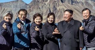 Presidentes coreanos formam símbolo do coração com os dedos