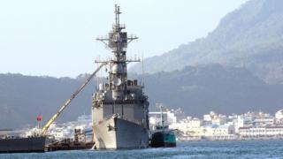 台湾军舰停泊在高雄港。