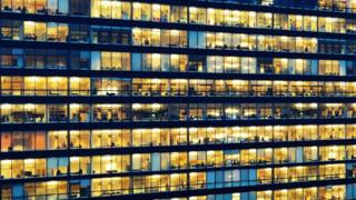 مكاتب العمل أثناء الليل