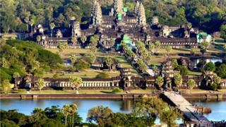 Центральный храмовый комплекс Ангкор-Ват окружен широким рвом