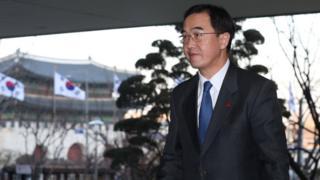 북한이 회담 제안을 수락한 5일 통일부로 들어서고 있는 조명균 장관