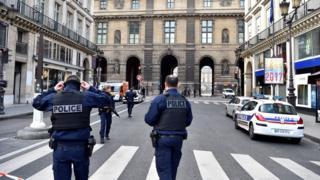 Полицейские у Лувра