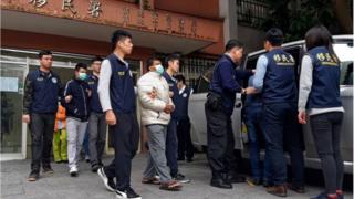 Nhân viên cơ quan di trú Đài Loan áp tải ba người được cho là trong số 152 người Việt mất tích