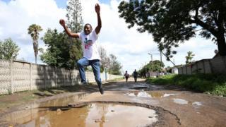 Wannan mutumin na yunkurin tsallake wannan katon ramin a yankin Highfields na Harare, babban birnin kasar Zimbabwe