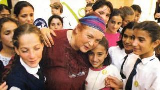 Türkan Saylan öğrencileriyle