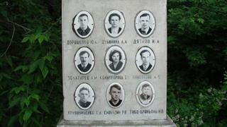 La tumba de los muertos en el paso Diátlov, en un cementerio en Ekaterimburgo.