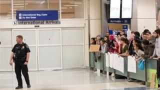 در فرودگاههای آمریکا معترضان به فرمان ترامپ تجمع کردهاند