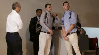 18日夜にリオデジャネイロ空港で搭乗手続きをするジャック・コンガー選手(写真中央)とガナー・ベンツ選手
