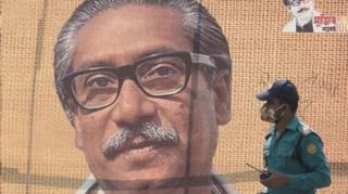 تصاویری در گرامیداشت مجیب الرحمان در داکا دیده می شود