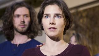 Amanda Knox speaks to the media, with fiance Colin Sutherland, in front of her parents' home in Seattle, Washington (March 27, 2015)