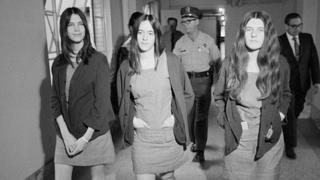 Leslie Van Houten (izq.) se dirige al tribunal en 1970.