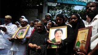 تجمع مردم از جمله مسلمانان در مقابل بیمارستان محل بستری خانم جئیلالیتا جئیرام، سروزیر ایالت تامیل نادو