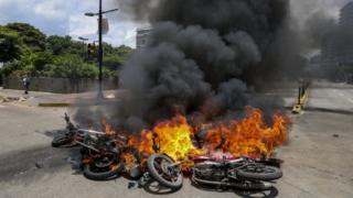 Motos en llamas.