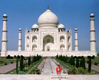 Diana sozinha no Taj Mahal