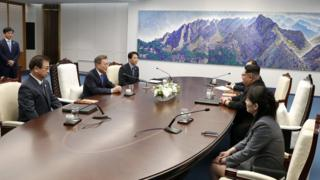 Kim Jong-un and Moon Jae-in at the summit table
