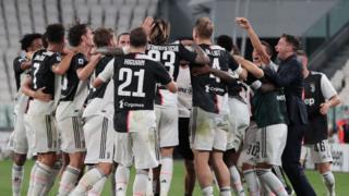 لاعبو يوفنتوس يحتفلون بعد الفوز بلفب الدوري الإيطالي التاسع لهم على التوالي، 26 يوليو/تموز 2020