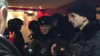 Поліція виводила людей із кінозали після того, як активісти SERB облили екран смердючою рідиною