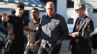 Policiais federais escoltam o governador Luiz Fernando Pezão após sua prisão