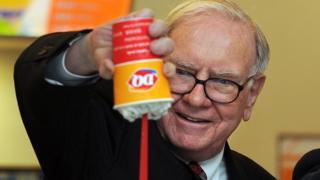 """Warren Buffett con el postre helado Blizzard de Dairy Queen que se sirve """"al revés""""."""