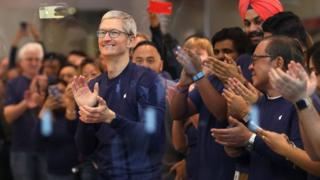 昨年11月の「iPhone X」の発売日にアップル・ストアに姿を現したアップルのクックCEO(写真中央)