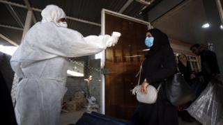 دماسنجی مسافران در یکی از مرزهای ایران با عراق