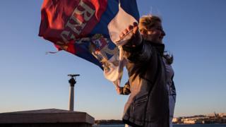 женщина с российским флагом в Крыму