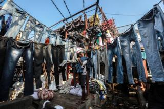 Un dhobi traîne des vêtements lavés au Mahalaxmi Dhobi Ghat à Mumbai, en Inde