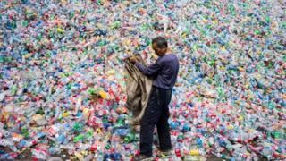 北京郊區垃圾場裏如山的塑料。