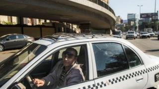 سائق تاكسي تقليدي في القاهرة