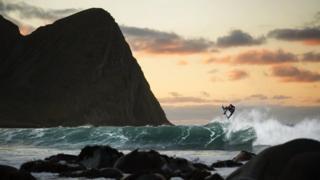 次の波を待つ間、ファニングさんは、「空を見上げ、興奮のあまり叫んでいた」と話す