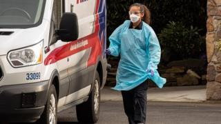 أحد أعضاء فرق الإسعاف بولاية واشنطن ترتدي قناعا طبيا