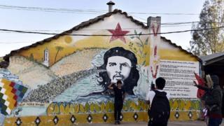 Мальчик на фоне портрета Че Гевары