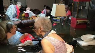 Ancianas en una residencia inundada