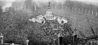 Толпа у Букингемского дворца