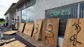 Владельцы магазинов во Флориде закрывают витрины листами фанеры в преддверии удара стихии